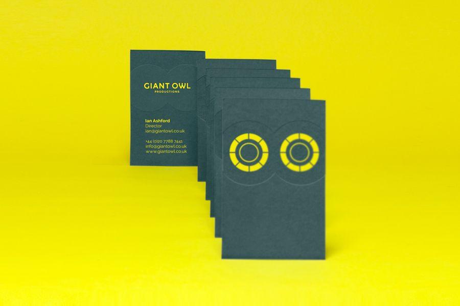 Logo y ciego deboss Tarjeta de visita Por El Alfabético párr La Productora independiente búho gigante