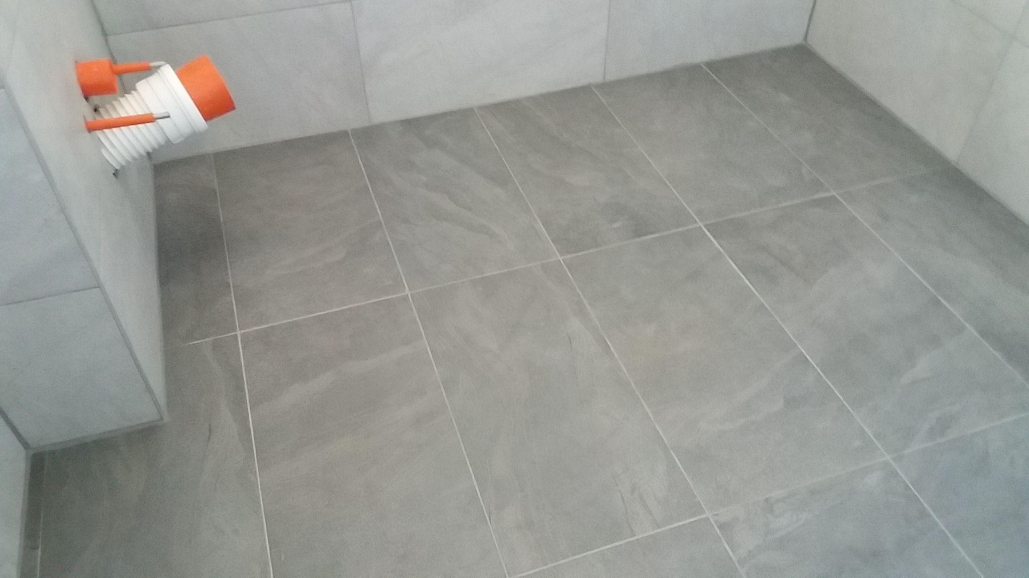 Tegels Badkamer Rotterdam : Een badkamer betegeld met betonlook tegels door