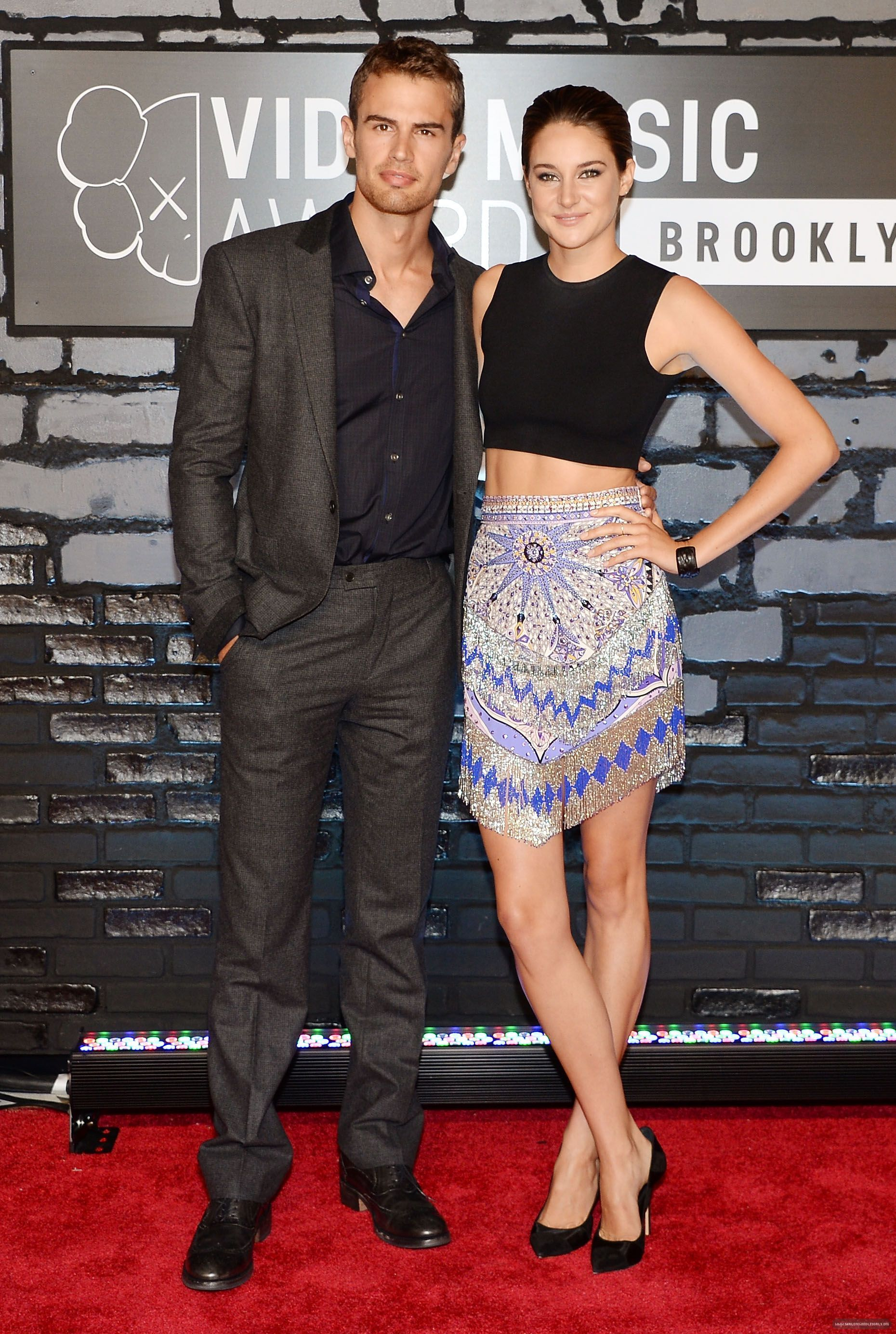 Theo James, Shailene Woodley, on the MTV VMAs red carpet ...