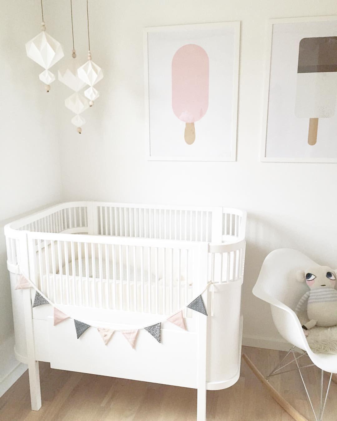 Babybett mit eis poster und wimpel in wei rosa kinderzimmer f r m dchen girls room ideas - Wimpel babyzimmer ...