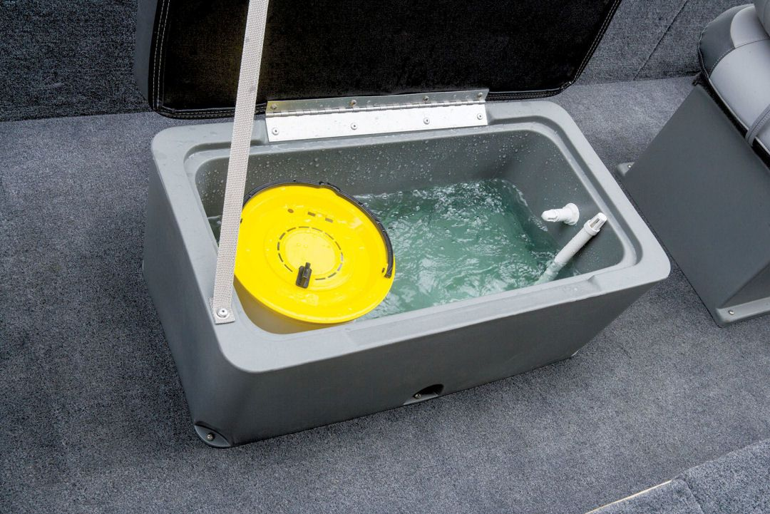 Tracker Panfish 16: The padded seat in the middle of the
