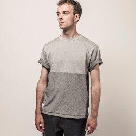 """Wir haben unsere Basic-Line """"shapes classics"""" erweitert, die euch seit Beginn von Frisur Clothing mit unerlässlichen und stets wohl durchdachten Zutaten für eure Grundgarderobe versorgt. Dieses entspannt geschnittene Rundhals-Shirt begeistert besonders durch sein einzigartiges Material:  der Frisur-eigene Special Jersey ist schön griffig und verfügt dank seiner speziellen Strickweise über eine zweifarbige Struktur. Mit horizontaler Teilungsnaht und Label-Aufnäher am unteren Saumabschluss…"""