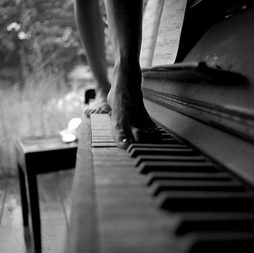 Musik und Sinnlichkeit. Kunstfoto mit Thema Die Frau und das Klavier. Musik, Sch… – Lisa Marie