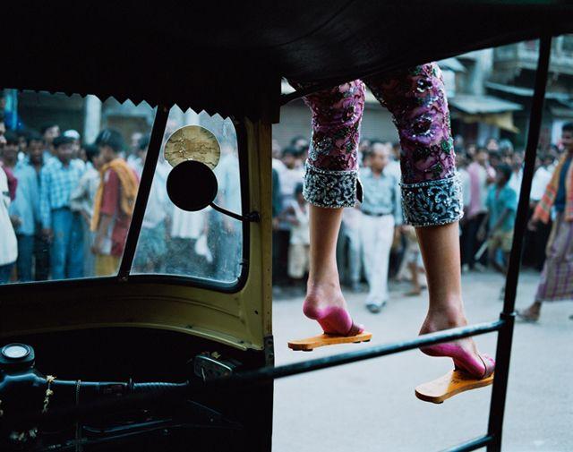 ファッション誌『VOGUE (ヴォーグ)』の写真家 アン・メンケ (Anne Menke)が、仕事のためにモデルと世界を旅しているあいだに、現地の人々との素敵な瞬間を撮りためた写真「See the World Beautiful」