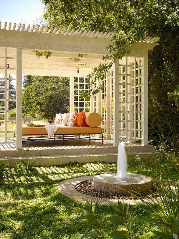 Weißen Pergola Bausatz In Kombination Mit Einem Garten Brunnen