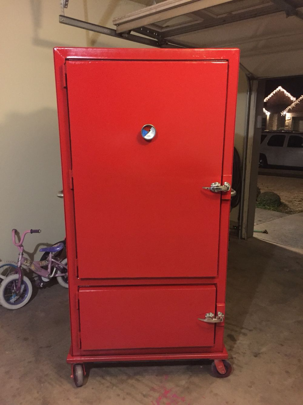 This Is A Vertical Reverse Flow Insulated Smoker Has 2