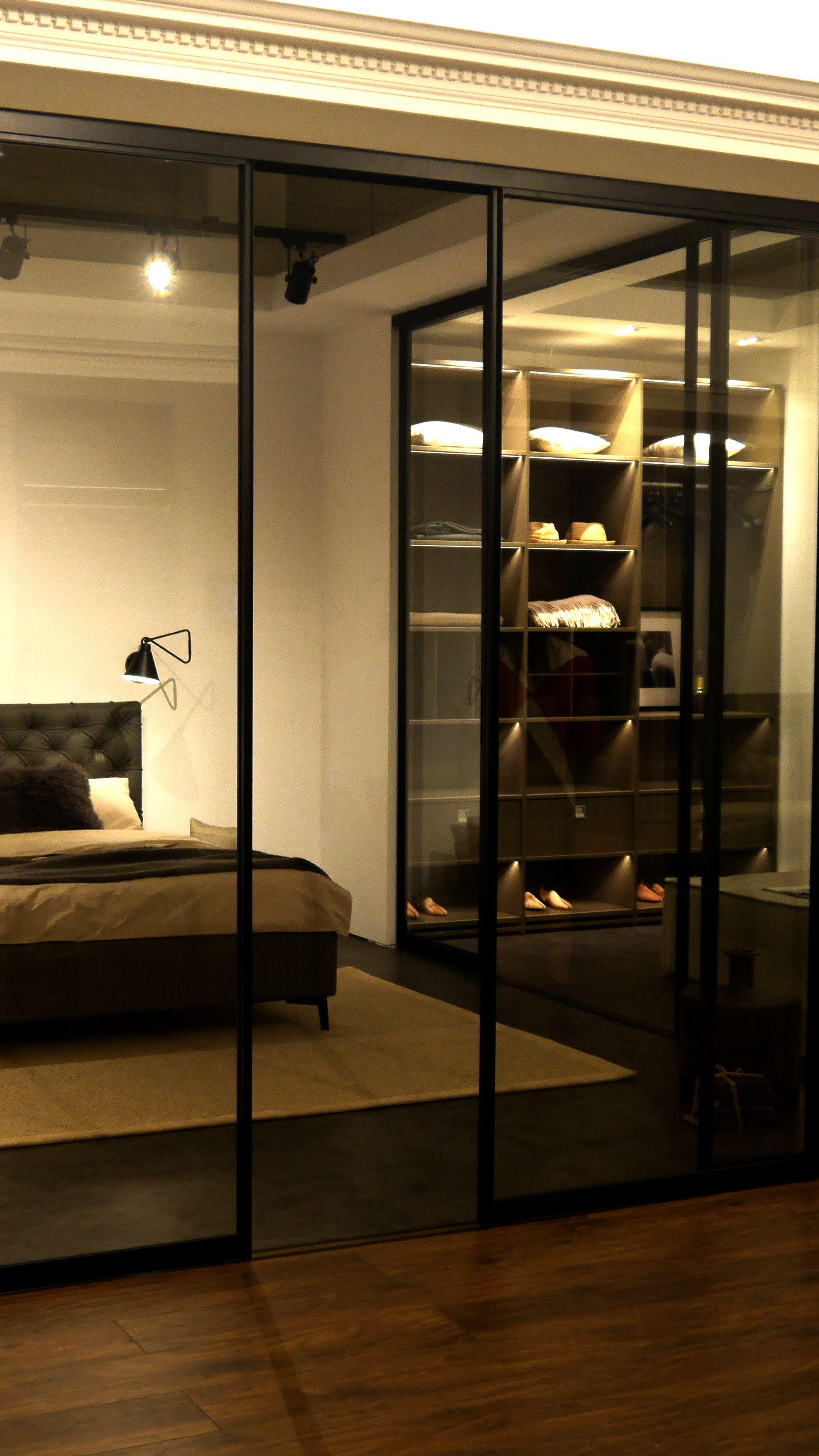 im schlafzimmer bett hinter glas schiebet r schiebet r. Black Bedroom Furniture Sets. Home Design Ideas