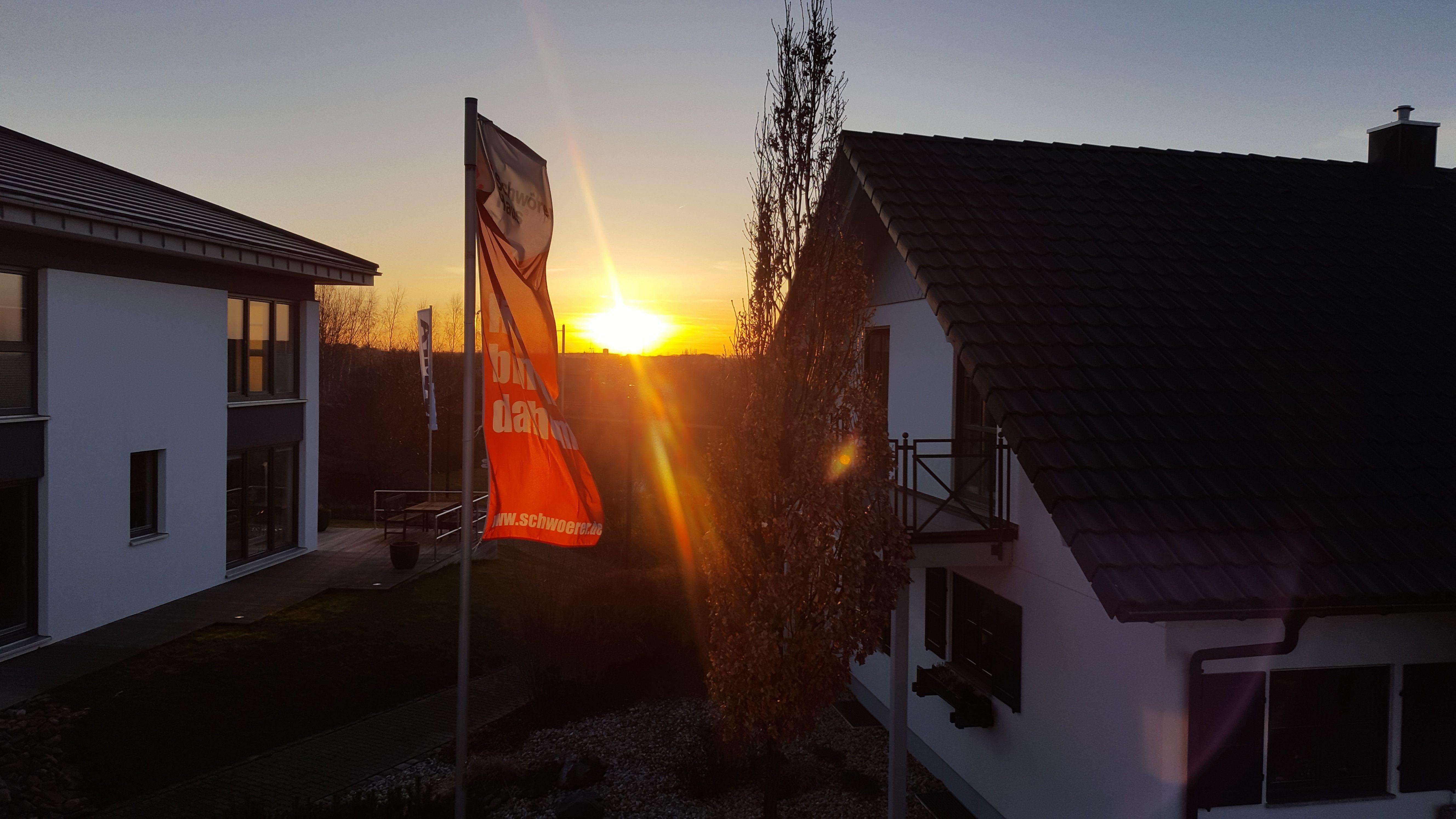 Romantischer Sonnenuntergang bei den Musterhäusern von