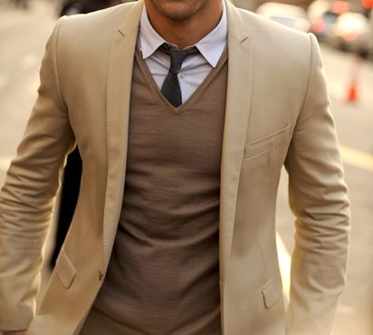 Veste beige, pull à col V marron, chemise gris clair et ...