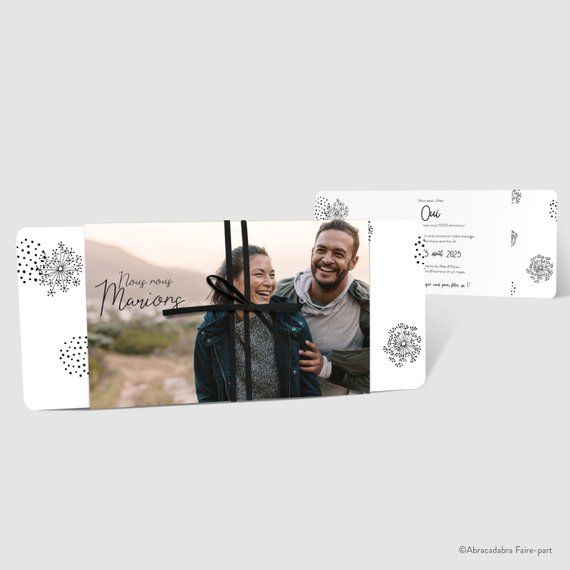 Faire-part de mariage – Pochette avec photo en pleine page, feuillet avec pissenlits noirs sur fond blanc – suédine noire – Réf. CHANTERELLE