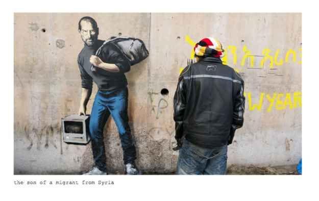 Uma nova arte de Banksy, mostrando o co-fundador da Apple Steve Jobs, apareceu na parede de um campo de refugiados em Calais, na França, e destaca as importantes contribuições que refugiados dão para a sociedade.