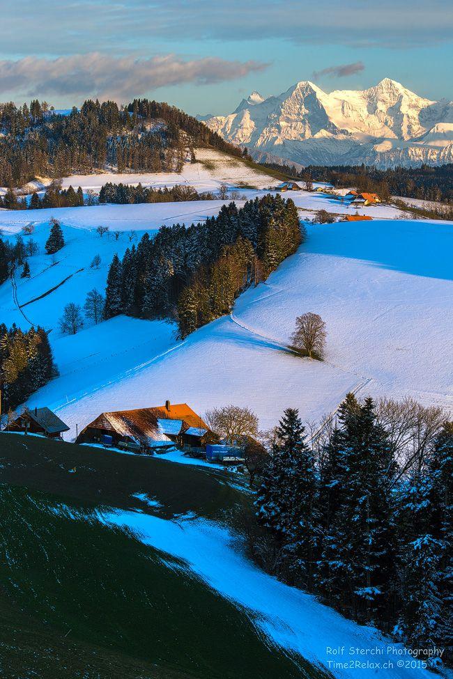 Die Frühlingssonne lässt den Schnee im Schwarzenburgerland BE