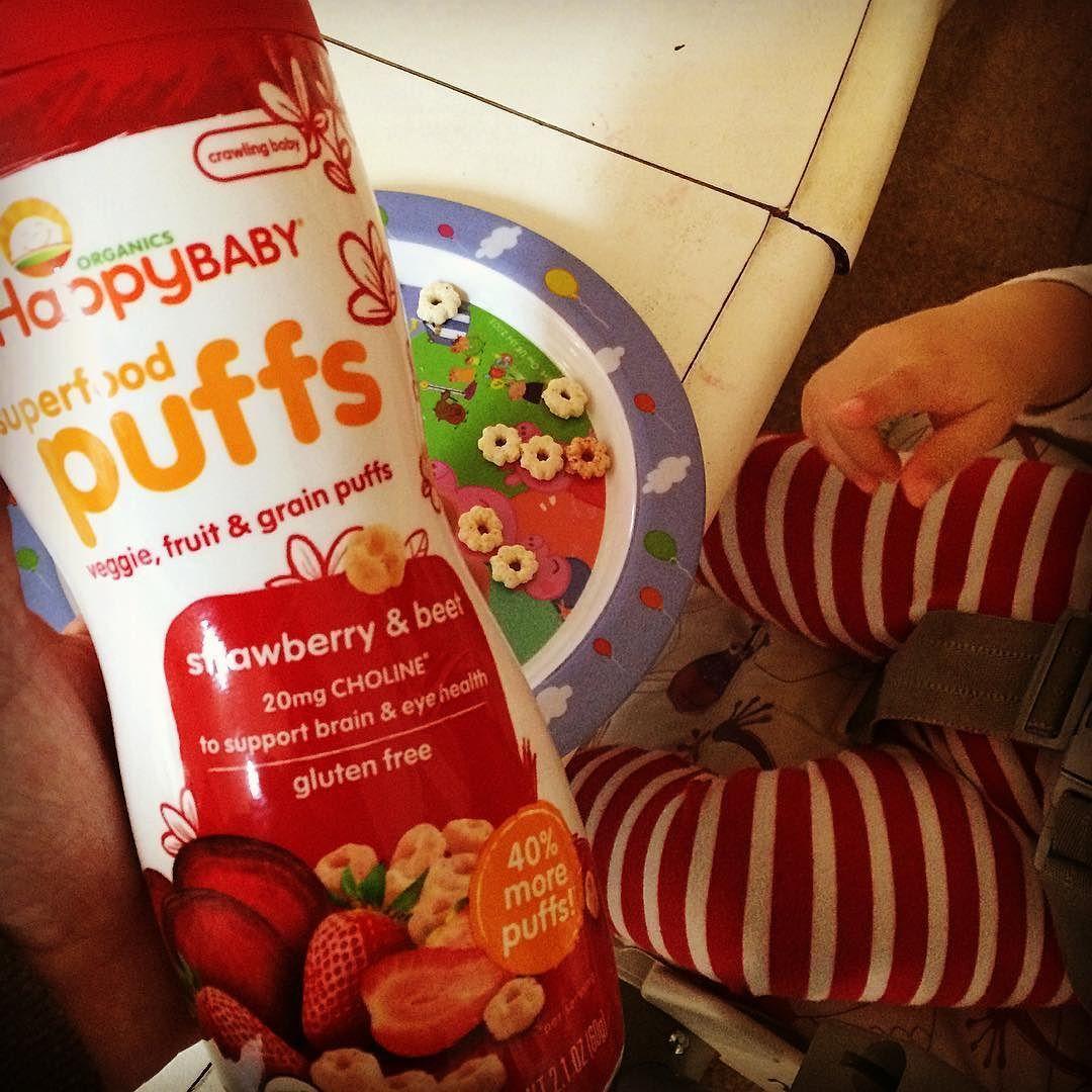Conhecem? Esse biscoito é orgânico e próprio para bebês! Os puffs são bem conhecidos lá nos EUA e mais baratos lá também (4 dólares em média esse pote grande!). Tem de várias marcas (essa é #happybaby) mas nós gostamos dessa! Tem vários sabores (combinações de legumes e etc) e também sem ser orgânico (mas só usamos os orgânicos!). Fica a dica pra quem for fazer enxoval nos EUA ou tiver como pedir pra alguém trazer de lá. Acho ótimo pra variar os lanchinhos por aqui! E Manu adora! Pra quem…