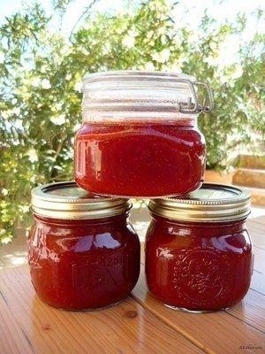 Eperlekvár: 1 kg eper, fél kiló cukor. Az epret lábasban krumplinyomóval…