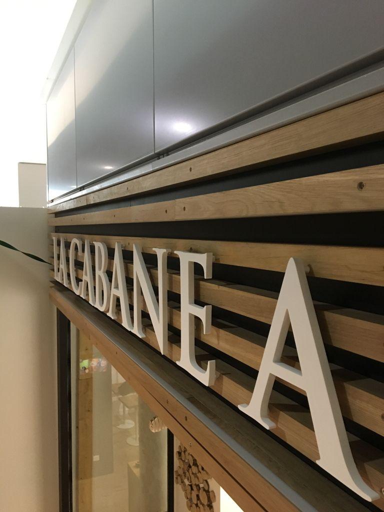 La Cabane A Bagels Inaugure Son Nouveau Restaurant A Begles Dans Un Esprit Tres Contemporain Lettres Relief En Pvc Blanc Fixees Sur De Enseignes Diy E