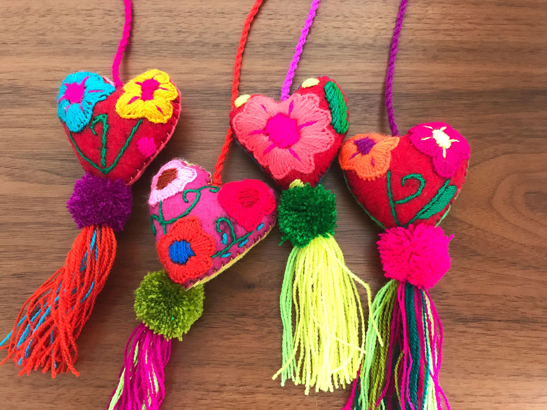 Un favorito personal de mi tienda de Etsy https://www.etsy.com/mx/listing/537514569/set-of-4-embroided-felted-hearts-pom-pom