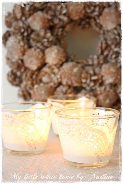 taartkleedjes van papier op glazen waxinelicht houders plakken