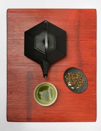 SUPER ALIMENTOS 6 - TÉ VERDE Al té verde se le atribuyen propiedades casi mágicas, tales como ser un anticancerígeno o acelerar el metabolismo. ¿Qué hay de cierto en ello? No existen estudios científicos concluyentes sobre si este tipo de té es capaz de reducir la posibilidad de desarrollar cáncer, tal y como afirma el Instituto Americano del Cáncer. Por otro lado, algunos estudios sí han señalado la relación existente entre el té y la prevención de enfermedades cardiovasculares.