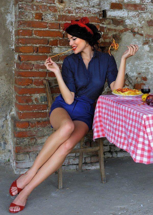 How to Dress Like An Italian Woman enjoying pizza in Napoli