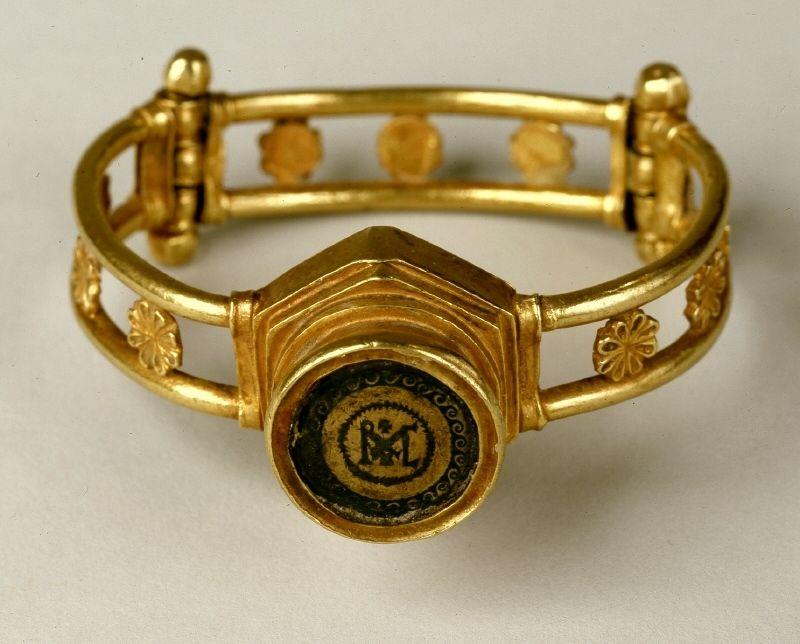 Monogram Bracelet with capsule | 5/6 century. Stylistic origin: Eastern Roman Empire. © Foto: Skulpturensammlung und Museum für Byzantinische Kunst der Staatlichen Museen zu Berlin - Preußischer Kulturbesitz