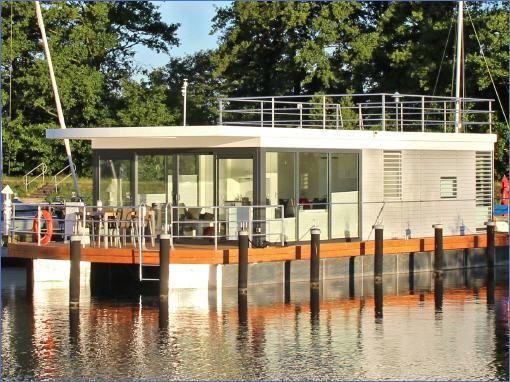 Im Yachthafen Ueckermünde liegt ein schwimmendes