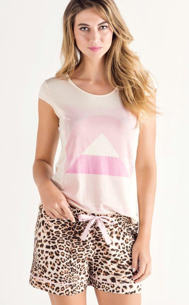 7973 | A intensidade da estampa leopardo com filetes e detalhes em tom de rosa. Blusa de Modal com Lycra. Estampa geométrica em tons rosa exclusiva. Acabamento de debrum no decote, manga e barra. Barra levemente arredondada. Shorts com laço listrado rosa e barra com filete. Shorts de Meia malha penteada.