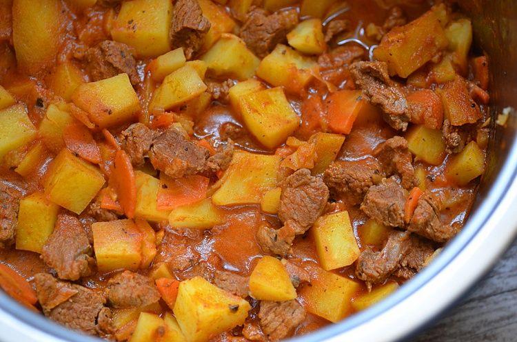 жаркое с картошкой на сковороде из свинины