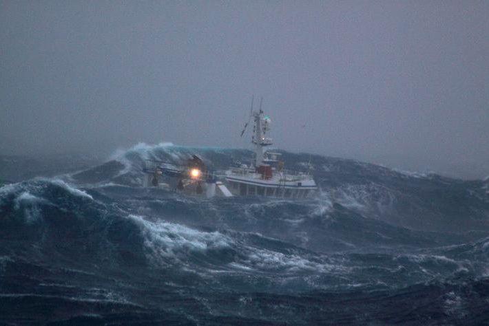 bateau de peche en mer tempete