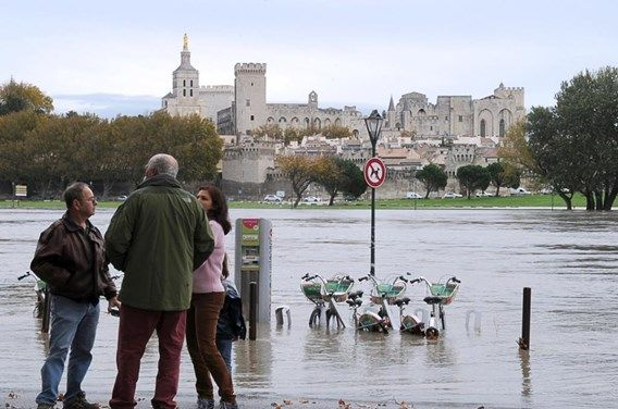 Wateroverlast in zuid-Frankrijk. Op de foto is de stad Avignon te zien. Dansen op de brug is nu niet mogelijk... Meer info op : http://www.standaard.be/cnt/dmf20141105_01360055