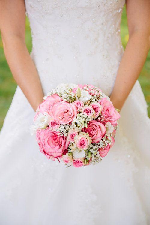 Brautstrauß mit weißen und rosa Rosen und weißem Schleierkraut