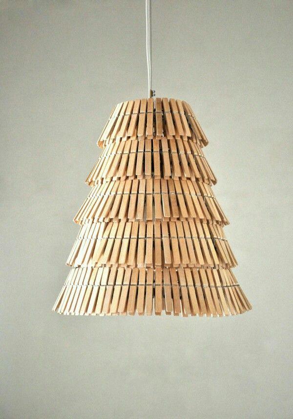 Recupera una vieja lámpara. Pi ta las pinzas si las quieres de color o colores