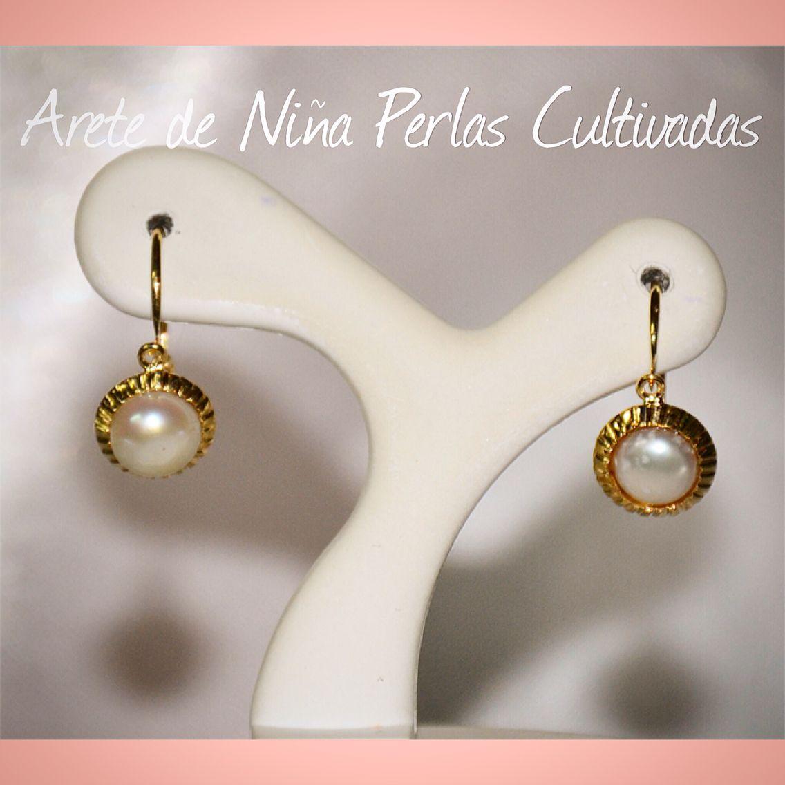 c372be9fc2e3 Aretes para niña elaborados en oro de 18 quilates con perlas cultivadas.  Aros De Oro