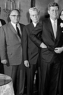 1961. 16 Mars (à confirmer). Michael A. Feighan at center and President Kennedy in Blue Room of White House