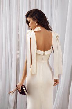 White satin gown, minimalist wedding dress, recept