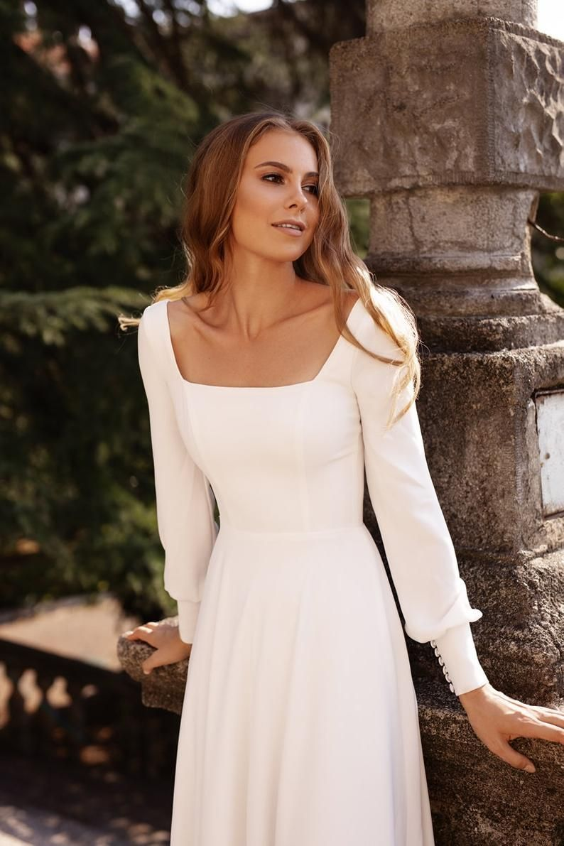 Read the full title minimalistisches bescheidenes einfaches Krepphochzeitskleid mit Ärmeln   BELLA