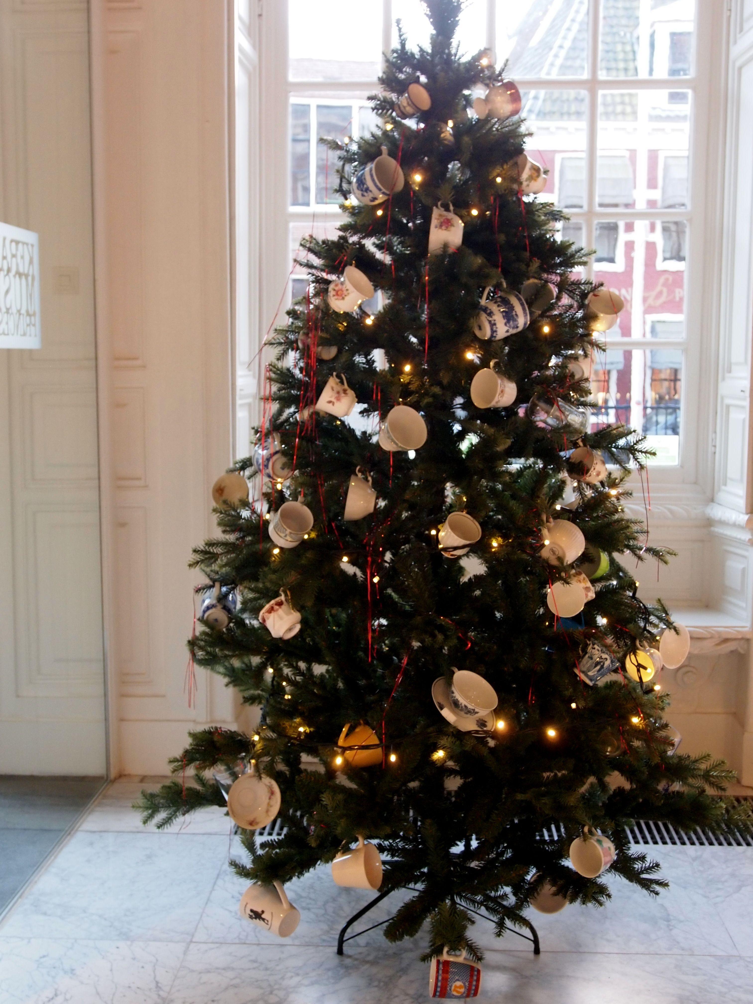 Kom rond de kerstboom Thee drinken Een goed Nieuwjaar.