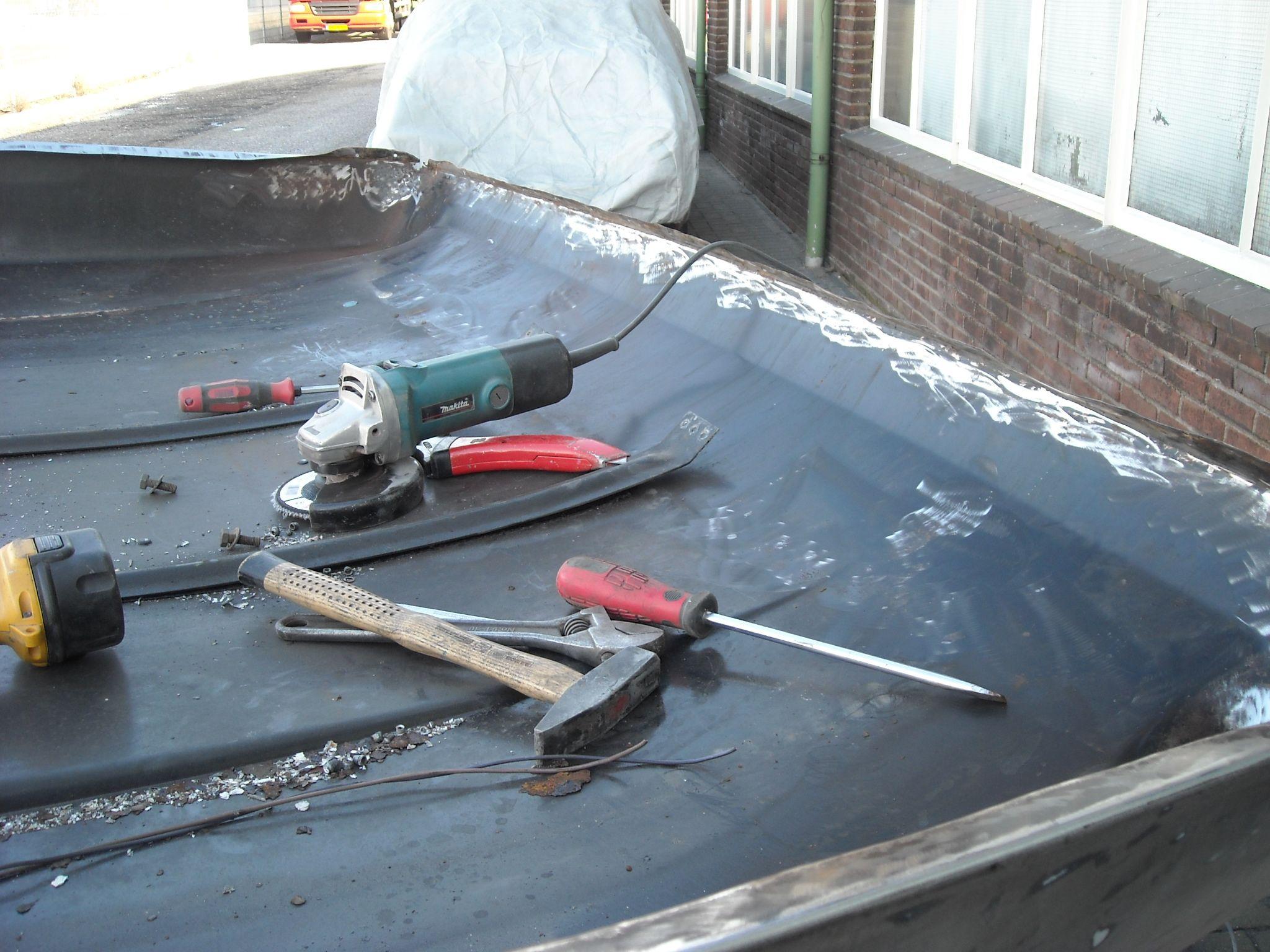 Bij de motorkap wordt het frame verwijderd om goed overal bij te komen. De motorkap zelf is staalplaat en het frame aluminium waardoor overal op de contactplaatsen corrosie is ontstaan door electrolyse.