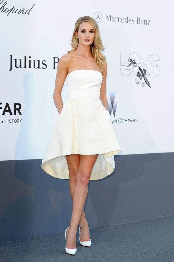 4b23f54b373 Rosie Huntington-Whiteley robe de soiree blanche de Christian Dior au  cannes  Waouh sublime et simple !!