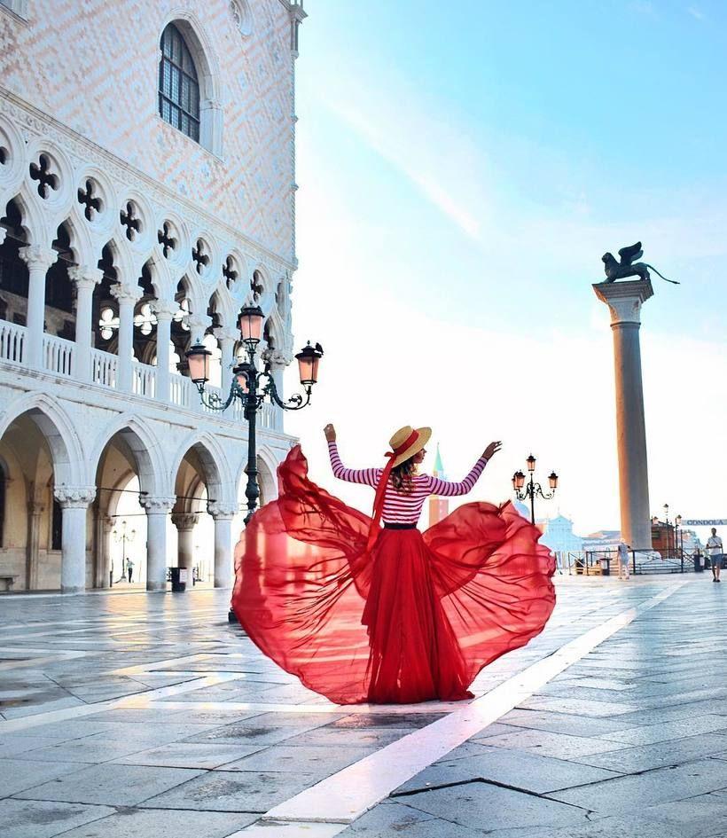 Девушка путешествует по миру в чудесных платьях и делает ...