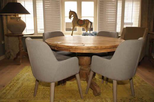 Ronde eettafel van teak hout met moderne eetkamer fauteuiltjes ...