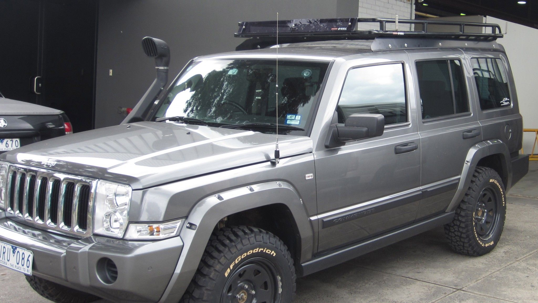 jeep commander with oval steel roof rack installed on tradesman mounting brackets jeep. Black Bedroom Furniture Sets. Home Design Ideas