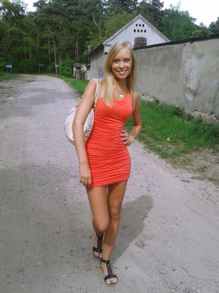 Morena vestido naranja tetas grandes