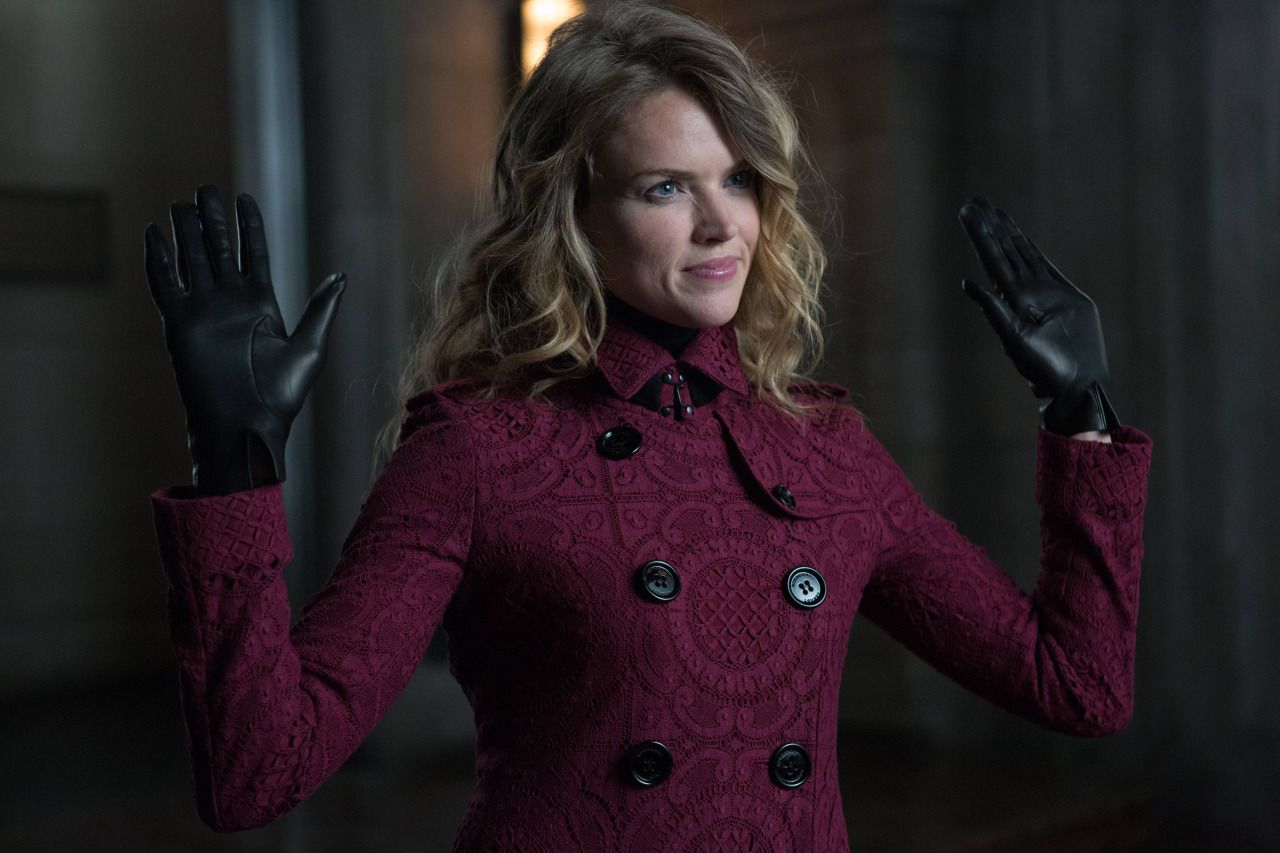 Womens leather gloves vancouver - Hands Up It S Erin Richards Wearing Leather Gloves In Gotham