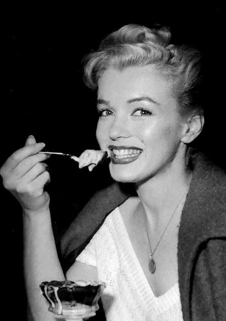 a3e235c481b81 Marilyn Monroe Eating Ice Cream . . . . Gotta  Love That Smile !! ♥