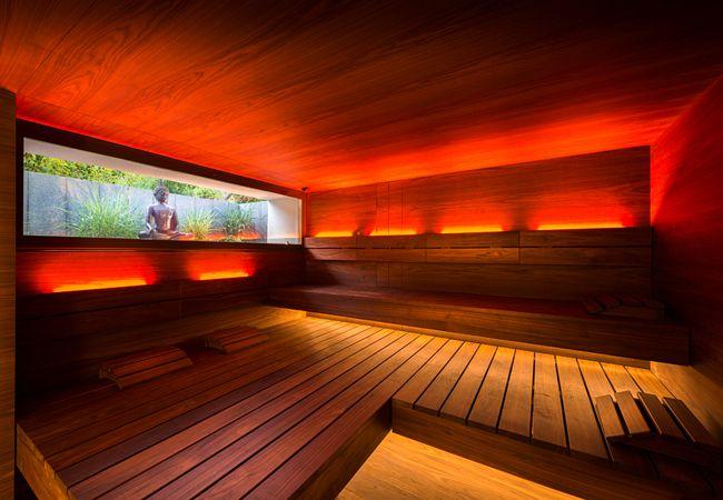 Im sanften Rotorange beleuchtet präsentiert sich diese Saunakreation