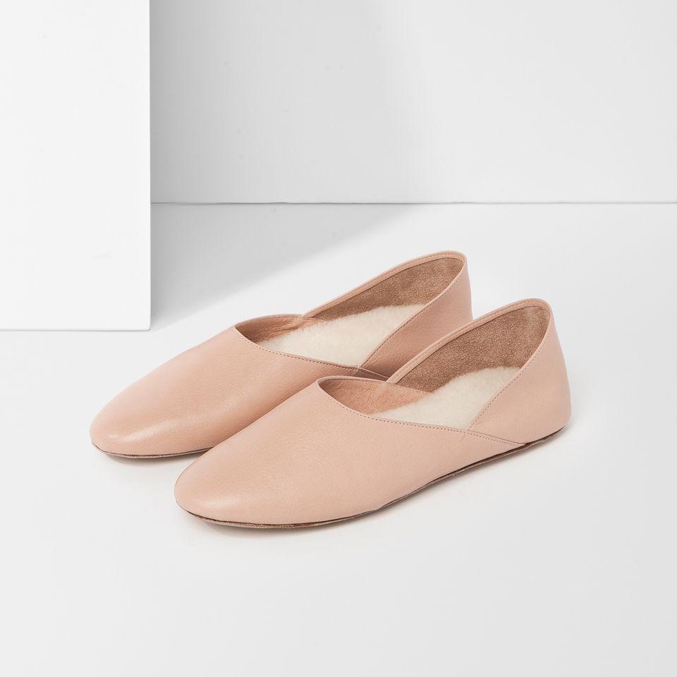 Tillverkade i Spanien, överdel i skinn, yttersula i nubuckläder, innersula i fårull, lätt vadderat foder, flatteredsignatur på vänster häl , skorna levereras i dust bag och exklusiv skobox.