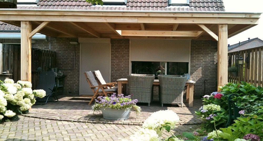 Klassieke houten veranda aan huis met plat dak lichtkoepel