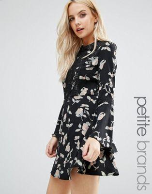 Glamorous Petite – Skaterkleid mit Trompetenärmeln und Blumenmuster