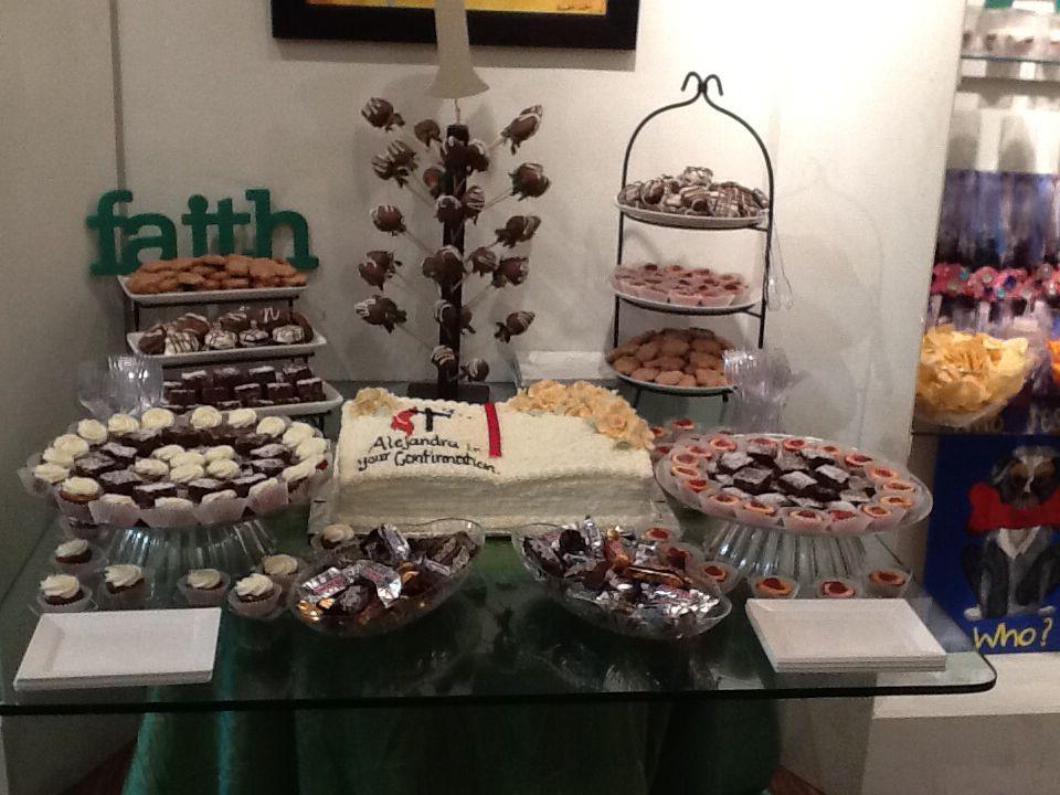 Mesa de postres y pastel para confirmacion