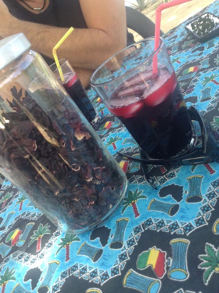 spécialité du bénin : cocktail à la fleur d'hibiscus à la cannelle